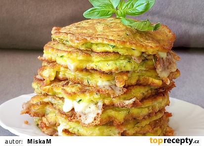 Nadýchané cuketové placky s balkánským sýrem a bazalkou