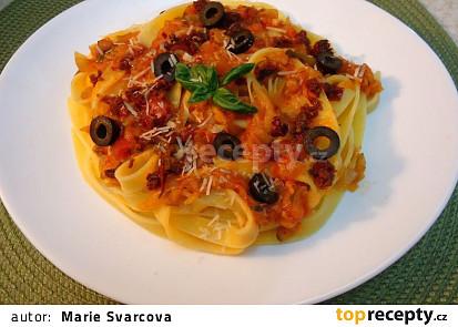 Tagliatelle s cuketovou směsí, sušenými rajčátky a olivami