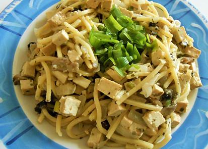 špagety na cibulce,žampionech s tofu