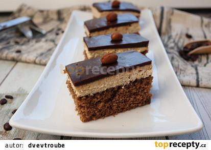 Kakaové řezy s kávovým krémem a čokoládovou polevou
