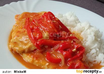 Vepřové pečeně plátky na paprikách a rajčatech