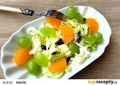 Zelný salát s hroznovým vínem a mandarinkou