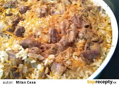 Vepřové maso s rýží v jednom pekáči.