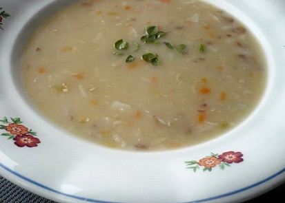 Polévka z koupené směsi luštěnin a obilnin. Vařená s kořenovou zeleninou, kořením a zahuštěna cibulovou jíškou.