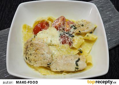 Tagliatelle s kuřecím masem a rajčaty