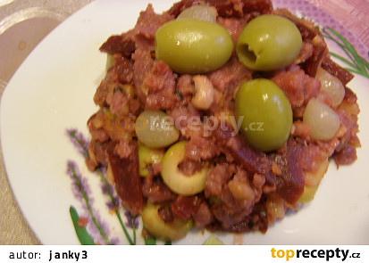 Teplý salát z červených brambor a červené řepy