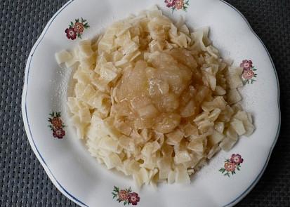 Fleky s karamelizovanými jablky.