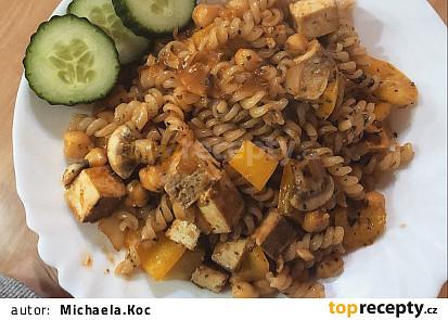 Těstoviny s uzeným tofu, žampiony a paprikou