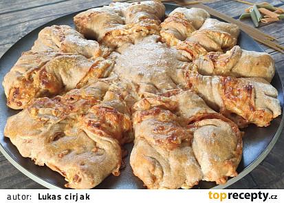 Originální pletená sýrová pizza ze špaldové celozrnné mouky