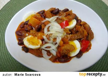 Vepřový guláš s fazolemi, paprikami a vejci