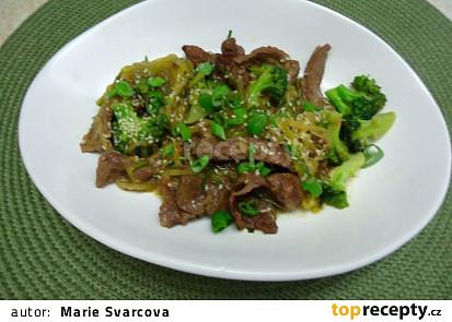 Hovězí s brokolicí a cuketovými nudlemi