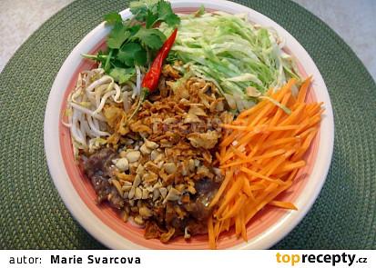 Vietnamský salát s rýžovými nudlemi a hovězím masem