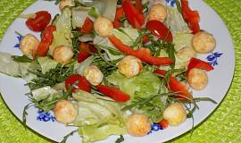Salát se sýrovými kuličkami