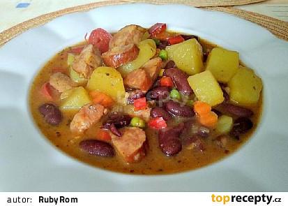 Bramborový guláš s fazolemi, zeleninou a klobásou