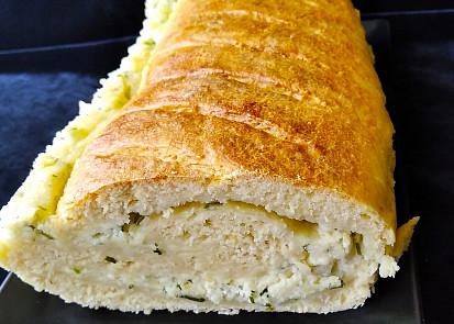Chlebíček se sýrovou náplní s bylinkami