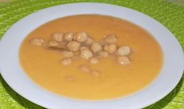 Batátová polévka s cizrnou a burákovým máslem