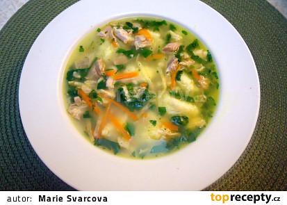 Kuřecí polévka se špenátem a sýrovými nočky