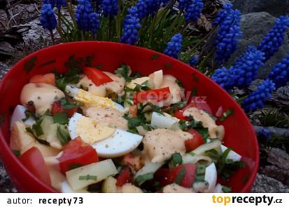 Rajčatový salát s vejci a medvědím česnekem