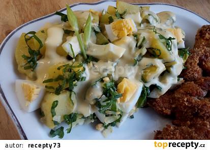Jarní bramborový salát s medvědím česnekem