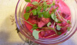 Šťavnatý salát z červené řepy s bílým jogurtem
