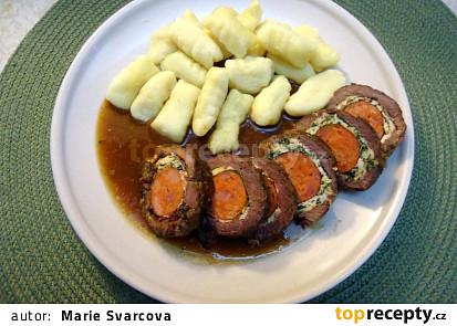 Hovězí roládky na česneku, plněné klobásou a špenátem