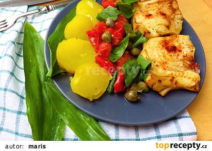 Treska pečená na rajčatech s kapary a medvědím česnekem