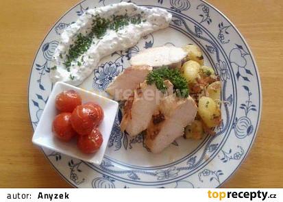 Kuřecí prsíčka v jogurtu s královským bramborem, česnekovým dipem a grilovanými cherry rajčaty