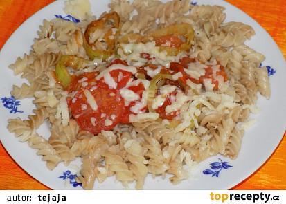 Těstoviny s rajčaty, paprikou a sójovou omáčkou