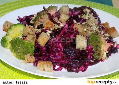 Červený salát s brokolicí