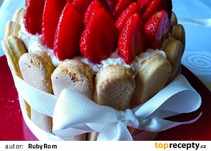 Piškotový nepečený dort s jahodami