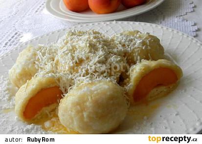 Meruňkové knedlíky z tvarohovo-bramborového těsta