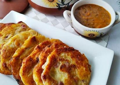 Čočková polévka a bramborové placky s kysaným zelím a uzeným masem