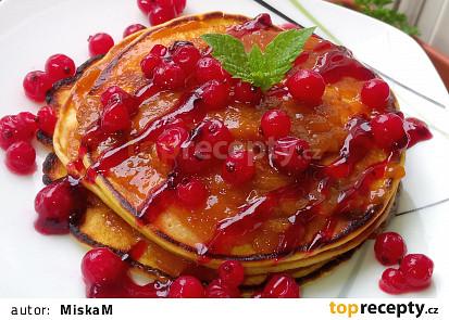 Jemné tvarohové lívance s meruňkovou marmeládou a červeným rybízem