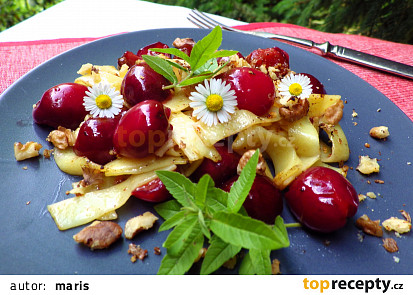 Nudle s třešněmi s ořechovým posypem