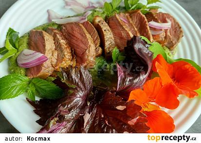 Striploin steak s mátovo hráškovým pyré, bylinkami a jedlými květy