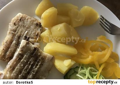 Rybí filé s bramborami, pórkem a okurkou
