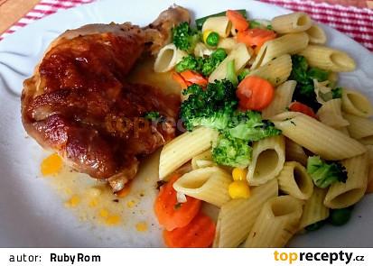 Marinovaná kuřecí stehna s těstovinami a zeleninou